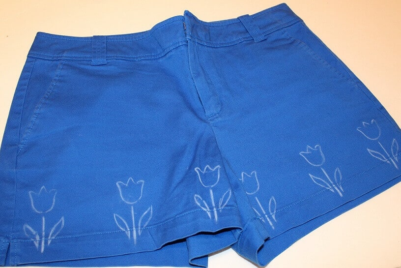Take some plain shorts made from fabric without any print. Draw with a sewing marker few flowers like this.